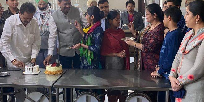 सामाजिक कार्यकर्ता सौरभ जैन ने अपना जन्मदिन डेफ और ब्लाइंड स्कूल के छात्रों के साथ मनाया
