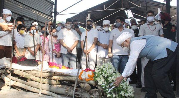मिलखा सिंह का अंतिम संस्कार ; पंजाब के राज्यपाल वी.पी. सिंह बदनौर और केंद्रीय खेल राज्य मंत्री किरेन रिजीजू भी हुए शामिल